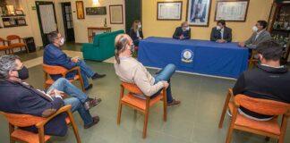 Un momento del encuentro del alcalde de Huelva, Gabriel Cruz, con los representantes del Real Club Recreativo de Tenis.