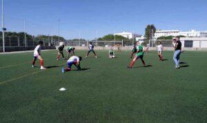 Los jugadores del Aroche calentando en los prolegómenos de su partido en Puerto Real. / Foto: @arochecf.