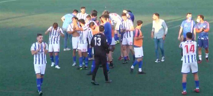 Alegría de los jugadores bollulleros tras ganar al Alcalá y amarrar la permanencia. / Foto: Captura imagen RFAF TV.
