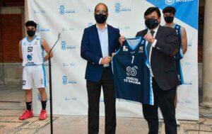 Gabriel Cruz, alcalde de Huelva, fue obsequiado con una de las equipaciones. / Foto: @CiudadDeHuelva.