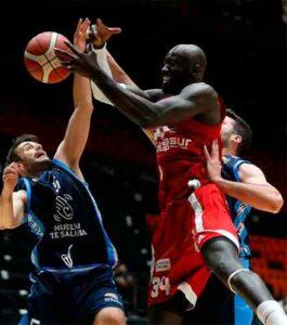 El pivot Mansour Kasse (18 puntos, 14 rebotes y 27 de valoración) hizo estragos en el Ciudad de Huelva. / Foto: Miguel Ángel Polo.