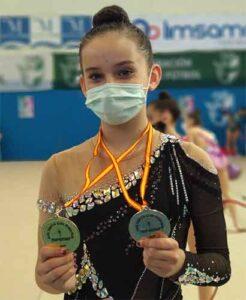 Yolanda López con las dos medallas alcanzadas en Málaga.