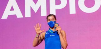 Carolina Marín en el podio con la medalla de campeona de Europa. / Foto: @BadmintonESP.