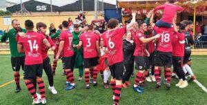 Celebración del ascenso del Cartaya tras ganar en Dos Hermanas. / Foto: G. M. C.