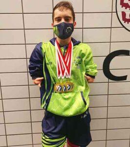 David Sánchez, con las medallas obtenidas en el Centro de Tecnificación Deportiva Río Esgueva de Valladolid. / Foto: CN Colombino.