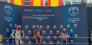 Supehugo -izquierda- en el podio de la carrera disputada en el circuito Ricardo Tormo en Cheste.