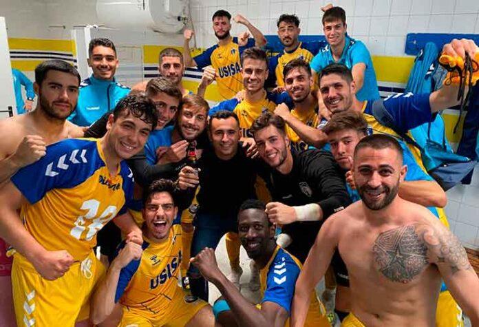Alegría de los jugadores del Isla Cristina tras ganar al Puerto Real y dar un gran paso hacia la permanencia. / Foto: @islacristinafc.