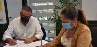 Un momento de la firma del convenio entre el Ayuntamiento de Punta Umbría y la Federación Andaluza de Baloncesto.