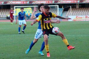 Abeledo, que dio el primer gol de rabona, intenta controlar el balón ante Beni. / Foto: @XerezDFC.