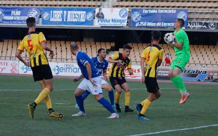 Robador atrapa la pelota en presencia de varios compañeros y rivales. / Foto: @XerezDFC.