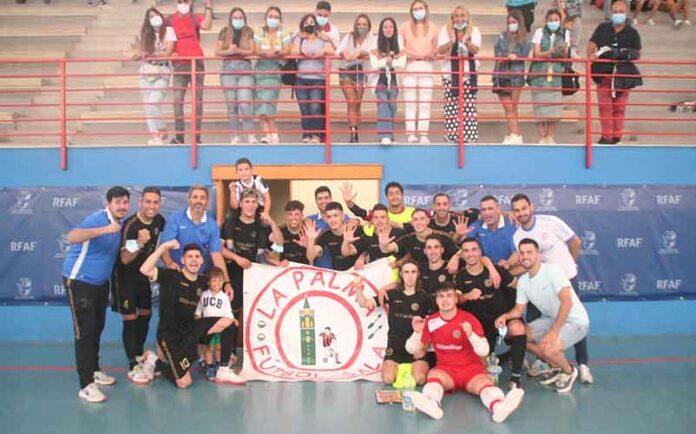Al final del choque, explosión de júbilo de los palmerinos ante la gesta de ganar al todopoderoso CD Málaga Futsal. / Foto: @LaPalmaFS.