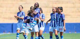 Las jugadoras del Sporting celebran con Fatou Kanteh el primer gol del equipo onubense. / Foto: www.lfp.es.