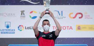 Álvaro Robles, con el trofeo de campeón de España de tenis de mesa conquistado en Antequera. / Foto: www.rfetm.es.