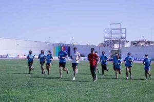 Un momento del entrenamiento de los jóvenes atletas onubenses con Héctor Santos.