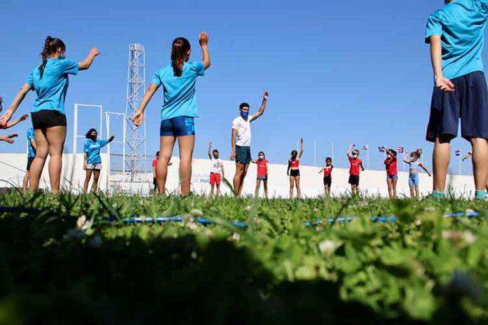 Deportistas del Club Onubense de Atletismo y del Curtius disfrutaron de un entrenamiento con el subcampeón de Europa Sub 23 de longitud, Héctor Santos.