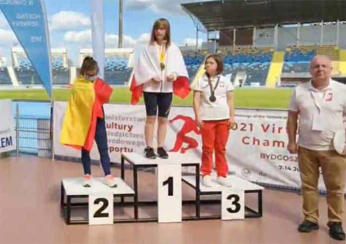 Blanca Betanzos, con la medalla de plata en el podio tras ser segunda en los 400 lisos.