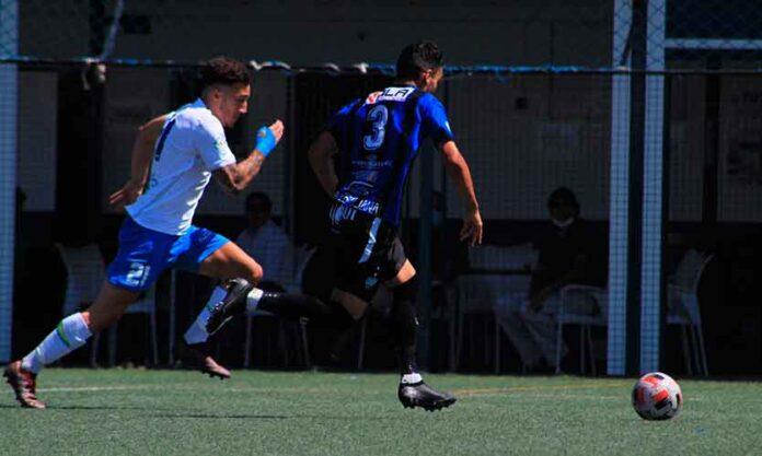 Álvaro Cascajo -número 21 de blanco- en el partido Castilleja-UB Lebrijana. / Foto: @castilleja_cf.