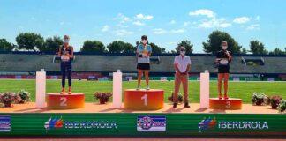 Laura García-Caro en el podio con su medalla de bronce. / Foto: @atletismoRFEA.