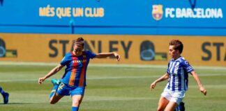 Claire Falknor intenta tapar un lanzamiento de Patri Guijarro durante el partido de este jueves. / Foto: www.lfp.es.