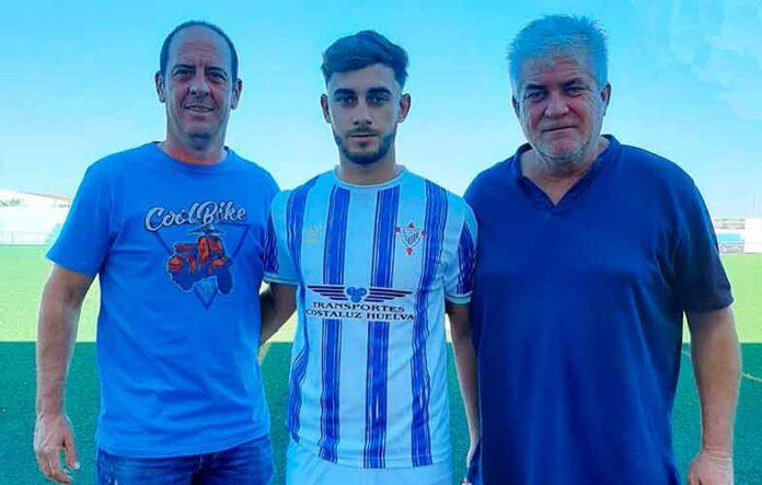 Carlos Palacios, en el centro, nuevo jugador del Bollullos al que llega del At. Onubense. / Foto: @bollulloscf1933.