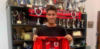 El centrocampista Cerpa posando con la camiseta de su nuevo equipo, el Cartaya. / Foto: @AD_Cartaya.