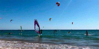 La regata de kitesurf 'Virgen del Carmen' en la playa de La Canaleta, competición clásica en el verano de Punta Umbría.