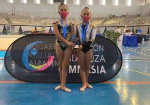 Las alevines de Copa, Bianca Cuesta y Claudia de la Rosa, con sus medallas.
