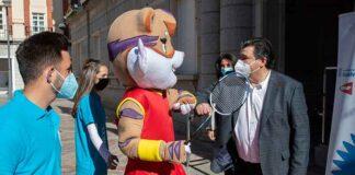 El alcalde de Huelva, Gabriel Cruz, junto a 'Onuba', la mascota de este Campeonato del Mundo de Bádminton.