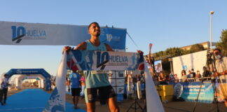Zakaria Boufaljat, tras cruzar la meta como ganador del '10k Huelva Puerta del Descubrimiento'.
