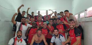 Alegría más que justificada de los jugadores del Ayamonte tras ganar en Chiclana y erigirse como líderes del grupo. / Foto: @ayamonte_cf.