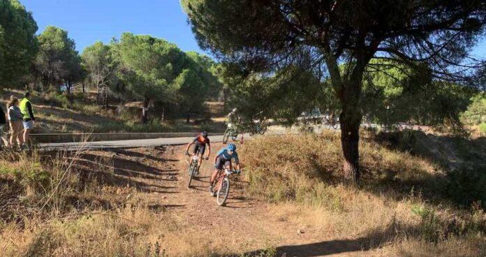 Emoción hasta los últimos metros en la VIII Ruta 'Pinares de Aljaraque', carrera organizada por el C. D. Los Rebiciclados. / Foto: Huelva Series XCM 2021.