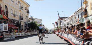 Momento en el que Víctor Pérez-Abela cruza la meta como vencedor del LXXI Gran Premio Bollullos de Ciclismo. / Foto: @AytoBollullos.