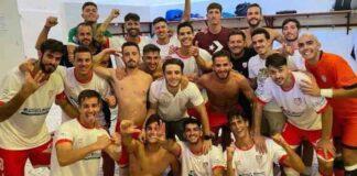 Alegría de los jugadores de La Palma por su triunfo al término de su partido ante el Bollullos. / Foto: @LaPalmaCF.