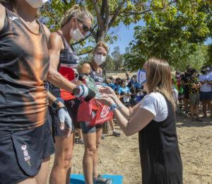 Momento de la entrega de medallas a las primeras en Máster 40 femenino. / Foto: Ayuntamiento de Huelva.