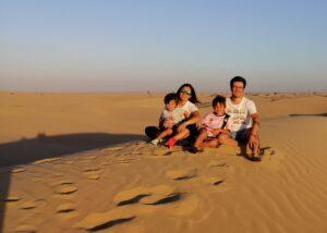 Jose Antonio Ahumada con su mujer y sus hijos en el desierto en Dubai