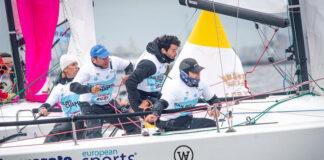 Ricardo Terrades, segundo por la izquierda, a bordo del 'Lanzarote European Sports Destination-Wacaf Air', en plena maniobra de sandokan en la boya de barlovento. / Foto: Andrey Sheremetev/Sailing Champions League.