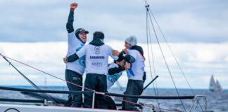 La tripulación del 'Lanzarote European Sports Destination-Wacaf Air' con Rafa Lasso, Gonzalo Morales, Ricardo Terrades y Nano Negrín, celebrando la victoria nada más cruzar la línea de meta. / Foto: Kristina Ryaguzova / Sailing Champions League.