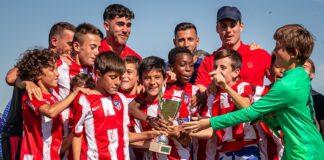 Los alevines del Atlético de Madrid, con el trofeo conquistado.