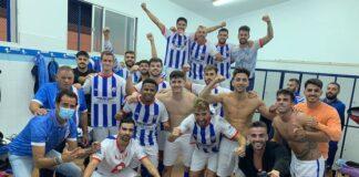 Euforia de los jugadores del Bollullos tras ganar de nuevo en casa, esta vez al Alcalá. / Foto: @bollulloscf1933.
