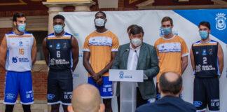 Un momento de la presentación en el Ayuntamiento de la equipación que lucirá esta temporada el Huelva Comercio.