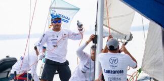 Ricardo Terrades, tramando el spinnaker en plena izada en la baliza de barlovento, mientras iban en primera posición a bordo del 'Lanzarote-RCNA'. / Foto: María Muiña.