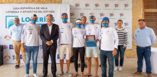 El equipo 'Lanzarote-RCN Arrecife' junto a Javier Sanz, presidente de la Real Federación Española de Vela en la entrega de trofeos. / Foto: SailingShots / María Muiña.