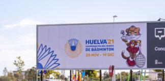 Imagen de una de las vallas de promoción del Mundial de Bádminton instaladas en Huelva.